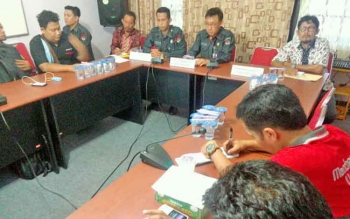 Kepala Bawaslu Kalteng, Theopilus Y Anggen memaparkan materi pada kegiatan media gathering, di Palangka Raya, Selasa (25/4/2017).