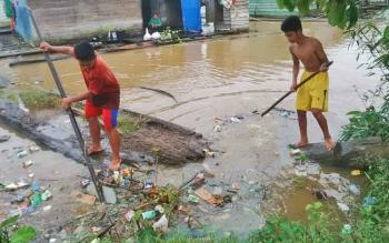 Kondisi sampah yang ada di Sungai Barito.