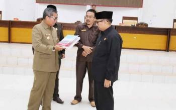 Bupati Seruyan Sudarsono menyerahkan LKPj Pemkab Seruyan 2016 kepada Ketua DPRD Seruyan Ahmad Ruswandi, Selasa (25/4/2017)