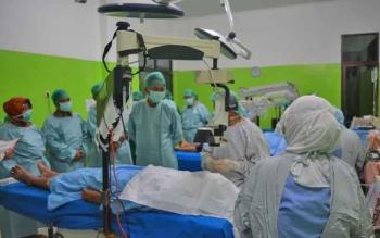 Bupati Barito Utara Nadalsyah beserta unsur FKPD meninjau proses operasi katarak gratis di RSUD Muara Teweh, Selasa (25/4/2017).