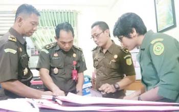 Jaksa dari Kejaksaan Tinggi Kalimantan Tengah dan Kejaksaan Negeri Palangka Raya melimpahkan berkas perkara tersangka dugaan korupsi di Dinas Kebudayaan dan Pariwisata Kalimantan Tengah, Selasa (25/4/2017).