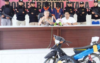 Kepolres Barito Utara AKBP Tato Pamungkas Suyono didampingi Kasat Reskrim AKP Benito Harleandra saat pers rilis kasus pencurian kendaraan bermotor, Selasa (25/4/2017).