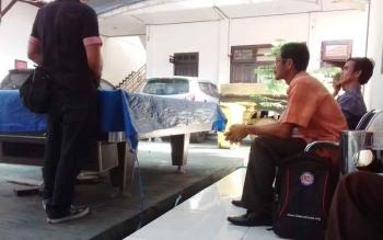 Pj Kades Tumbang Maya Daris dan perangkat desanya saat di Kejari Kotim.