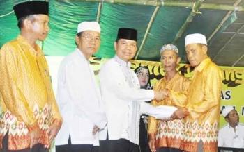 Bupati Kapuas Ben Brahim S Bahat didampingi D RHM Nafiah Ibnoor MM menyerahkan hasil Lelang kepada Ketua Pantia Pelaksana yang diterima langsung oleh Kaspul.
