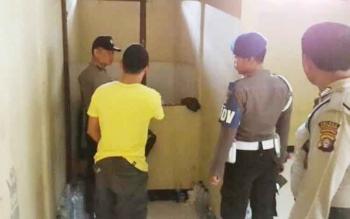 Kanit SPKT Polres Katingan Aiptu Muriyadi didampingi anggota piket tengah melakukan pengecekan ruangan tahanan di Mapolres setempat, Selasa (25/4/2017)