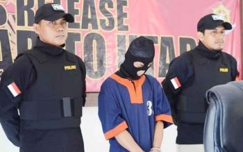 Govinda (tengah) saat mengungkapkan kronologis dirinya membunuh sang istri, Anggi Lestari, kepada Borneonews dengan didampingi anggota Polres Barito Utara, Selasa (25/4/2017).