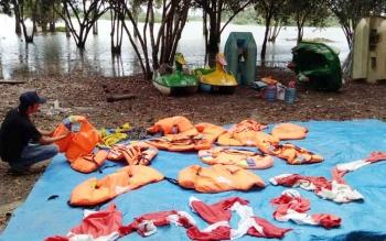 Sejumlah alat keselamatan berupa jaket pelampung yang disediakan bagi para pengunjung pada tempat lokasi wisata Danau Seluluk.