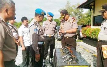 : Kapolres Katingan AKBP Ivan Adhityas Nugraha saat melakukan pengecekan senjata api di Mapolres setempat.