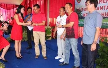 Eddy Raya Samsuri, bupati terpilh Barsel 2017-2022 ikut menjadi salah satu peserta turnamen Golf di Padang Golf Bogor Raya Minggu lalu. Eddy (menerima piala) termasuk peserta yang membuahkan prestasi sehingga mendapatkan satu piala.
