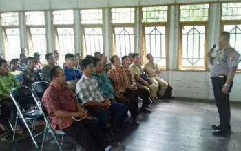 Kapolsek Tasik Payawan dan Kamipang, Iptu Muludin saat melakukan sosialisasi cegah dini karhutla, Selasa (25/4/2017).
