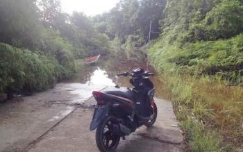 Akses masuk Desa Juking Pajang, Kecamatan Murung, Kabupaten Murung Raya yang masih terendam air, Rabu (26/4/2017)