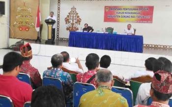 Bupati Gunung Mas Arton S Dohong menyampaikan sambutan saat membuka kegiatan Orientasi Penyusunan Produk Hukum Kedamangan di GPU Tampung Penyang, Kuala Kurun, Rabu (26/4/2017).