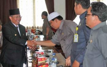 Buoati Seruyan Sudarsono saat menyalami sejumlah anggota DPRD Seruyan.