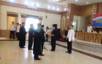 Bupati Murung Raya, Perdie M Yoseph saat melantik Plt Direktur PDAM dan Perusda, Rabu (26/4/2017)