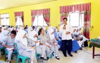 Ketua Forum Taman Baca Masyarakat Yogyakarta, Muhsin Kalida menyampaikan materi kepada siswa SMKN 1 Sukamara. Ia menjadi narasumber Workshop Jurnalis Siswa yang digelar Dinas Perpustakaan dan Kearsipan Sukamara, Rabu (26/4/2017).