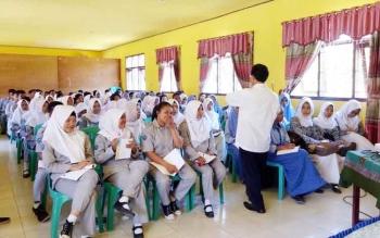 Ketua Forum Taman Baca Masyarakat Yogyakarta Muhsin Kalida saat menyampaikan materi tentang menulis kepada siswa SMKN 1 Sukamara, Rabu (26/4/2017).