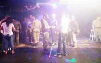 Pemilik Sipa Pub dan Karaoke saat diperiksa oleh salah satu anggota Satpol PP Kobar belum lama ini. Sudah sepekan lebih, tempat hiburan malam ini ditutup oleh managemennya sendiri.