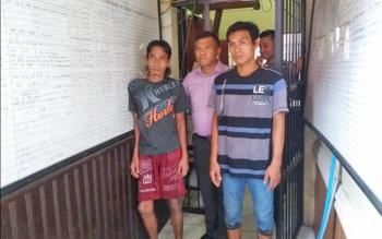 Kasat Reskrim Polres Kotim AKP Erwin Togar HS menggiring kedua pelaku jambret, Rabu (26/4/2017). Keduanya, Marjoses (42) dan Abdul Rahman Kois (43), tinggal di mes karyawan PT Hamparan, Jalan Jendral Sudirman Km 43, Kecamatan Telawang, Kotawaringin Timur