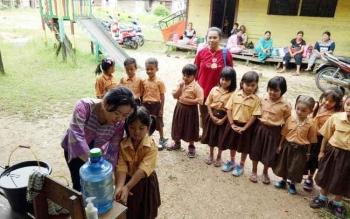 Petugas Dinas Kesehatan Kabupaten Kapuas mengajarkan Anak-anak sekolah Taman Kanak-Kanak cara Pola Hidup Bersih dan Sehat dengan hal sederhana setelah beraktifitas harus mencuci tangan