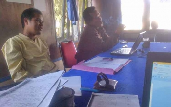 warga Desa Patas M. Basir didampingi rekannya Supriadi saat mendatangi kantor PWI setempat. Rabu (26/4/2017)