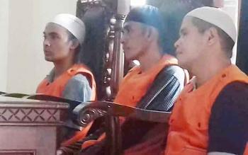 Dedi Mukarramah, A Mujiannur dan M Nasir terdakwa kasus penggelapan saat jalani sidang.