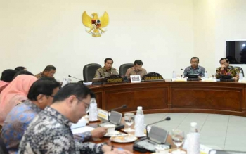 Presiden Joko Widodo menegaskan kembali komitmen pemerintah untuk melindungi dan merestorasi lahan gambut. Penegasan dikemukakan dalam rapat terbatas, di Kantor Presiden, Jakarta, Rabu (26/4/2017).