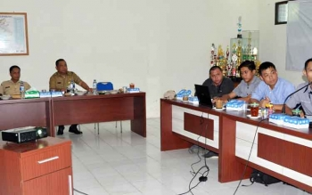 Kepala Dinas PUPR Kabupaten Barito Utara Ferry Kusmiadi didamping Sekretaris Dinas PUPR Akhmad Doyen Alianor mendengarkan paparan realisasi pembangunan RSUD Muara Teweh, Selasa (25/4/2017).