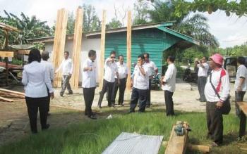 Panitia BBGRM Kotim saat meninjau lokasi kegiatan di Desa Eka Bahurui Kecamatan Mentawa Baru Ketapang, Rabu (26/4/2017)