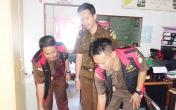 Petugas Kejaksaan Negeri Seruyan saat menyita sejumlah arsip dari hasil penggeledahan ruangan kepala desa Pematang Limau, Rabu (26/4/2017)