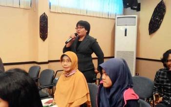 Sri Mulianti, Kepala SMA Karya Palangka Raya mengajukan pertanyaan dalam kegiatan Edukasi Kebanksentralan pada Guru SMA se-Palangka Raya di Ruang Betang Hapakat Kantor BI Kalteng, Rabu (26/4/2017).