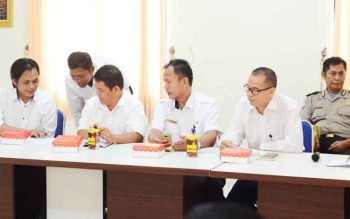 Kepala SMAN 4 Muara Teweh Alkatri (dua kiri) bersama bersama jajaran Dinas Pendidikan saat mengadiri Rapat Koordinasi Pembentukan Gempar, Rabu (25/4/2017).