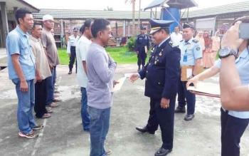 Kepala Rutan Kelas II B Kuala Kapuas, Husainisaat memberikan pembebasan bersyarat kepada beberapa tahanan, Kamis (27/4/2017).