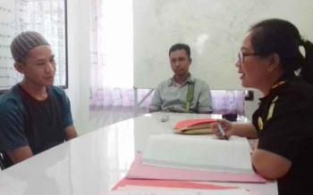 Edi Kharisma (pakai peci) tersangka kasus zenith dalam pemeriksaan jaksa saat pelimpahan berkas tahap II di Kejaksaan Negeri Kotawaringin, di Sampit, Kamis (27/4/2017).