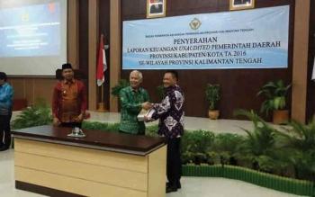 Bupati Kabupaten Lamandau Marukan menyerahkan laporan keuangan kepada Kepala BPK RI Perwakilan Kalteng, R Cornel Syarief, kemarin, di Palangka Raya