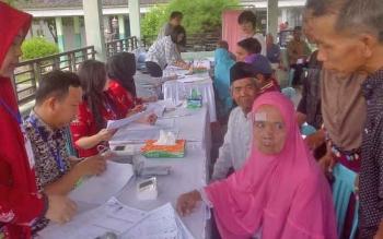 Para peserta operasi katarak gratis program Gubernur Kalteng menjalani pemeriksaan kesehatan di RSUD Kapuas, Kamis (27/4/2017).