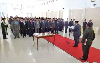 Bupati Sukamara, Ahmad Dirman saat melantik dan mengambil sumpah pejabat pemerintahan.