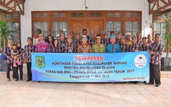 Bupati Kapuas Ben Brahim S Bahat,MM,MT.Berfoto bersama dengan peserta Penas KTNA di depan rumah Jabatan Kamis(27/4/2017).