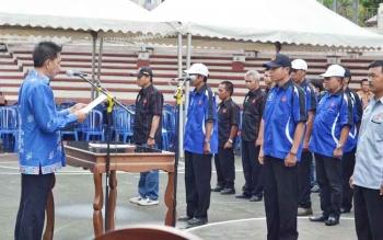 Ketua Umum KONI Barito Utara Nadalsyah saat melantik lima ketua dan pengurus KONI kecamatan di Lapangan Terbuka Tiara Batara, Muara Teweh, Kamis (27/4/2017).