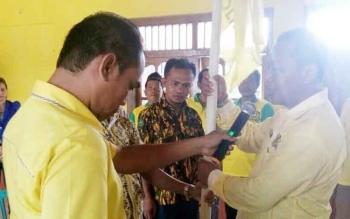 Triyono, ketua Pengurus Partai Golkar Kecamatan Sematu Jaya saat diserahi Panji Golkar, beberapa saat setelah resmi terpilih secara aklamasi, Kamis (27/4/2017)