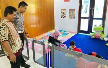 Kasat Lantas Polres Kobar, AKP Asdini Pratama Putra (dua kiri) melihat anak-anak yang bermain di ruang tunggu ruang bermain anak pelayanan SIM Satlantas Polres Kobar, Kamis (27/4/2017).