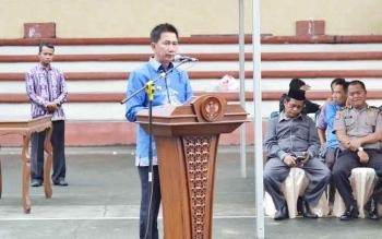 Bupati Barito Utara Nadalsyah saat memberikan sambutan seusai melantik lima pengurus KONI kecamatan.