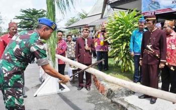 Potong Pantan menyambut kedatagan dan Pomdam XII/TPR di halaman Kantor Halaman Bupati Kapuas Kamis(27/4/2017).