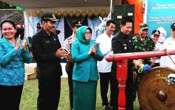 Bupati Barito Utara Nadalsyah memukul gong tanda dibukanya Bulan Bhakti Gotong Royong Masyarakat ke-14 di Desa Batu Raya II, Kecamatan Gunung Timang, Kamis (27/4/2017).