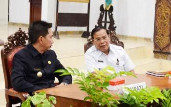 Bupati Barito Utara Nadalsyah berbincang bersama Sekda Jainal Abidin saat mengikuti kegiatan rakernis kesehatan, beberapa waktu lalu.