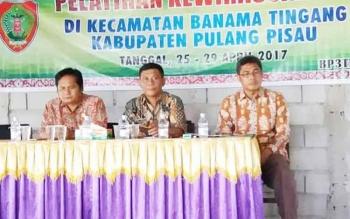 Camat Banama Tingang em Hirawan Bodoi (tengah) saat menghadiri kegiatan pelatihan kewirausahaan di Kecamatan Banama Tingang.