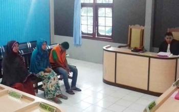 Nurlina, Nandra, dan Ridwan terdakwa kasus pengeroyokan saat menjalani persidangan di Pengadilan Negeri Sampit, Kamis (27/4/2017).