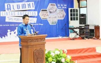 Bupati Barito Utara Nadalsyah saat memberikan sambutan pada Reuni Lintas Angkatan SPG PGRI Muara Teweh, Kamis (27/4/2017).