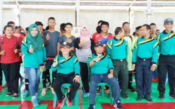 Kadis Disdikbud Lamandau, DR. Meigo Basel, berfoto bersama usai membuka gelaran turnamen Futsal antar pelajar SD dan SLTP, di lapangan Futsal FLS, Nanga Bulik, Kamis (27/4/2017).