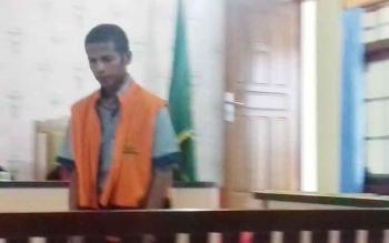 Antonius Tapatab alias Anton terdakwa kasus kekerasan dalam rumah tangga.