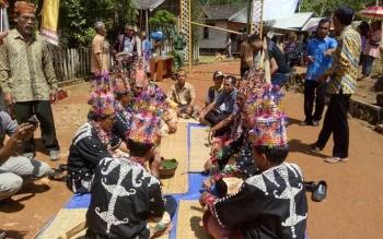 Rangkaian acara penyambutan tim dari Badan Registrasi Wilayah Adat (BRWA) di Desa Kinipan, Kecamatan Batang Kawa, Kabupaten Lamandau, Kalimantan Tengah, Senin (24/4/2017)